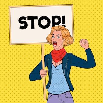 Pop art angry woman protestiert auf dem streikposten mit stop banner. streik- und protestkonzept. mädchen schreit auf demonstration.