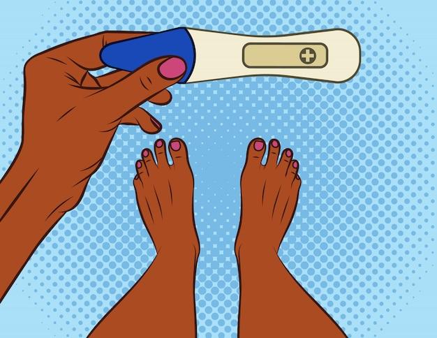 Pop-art-comic-stil der farbvektorillustration. ein mädchen macht einen schwangerschaftstest. afroamerikanermädchen mit einem positiven schwangerschaftstest