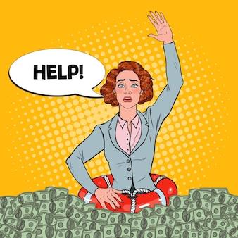 Pop art erfolgreiche frau, die im geld sinkt. geschäftsfrau mit rettungsring bittet um hilfe.