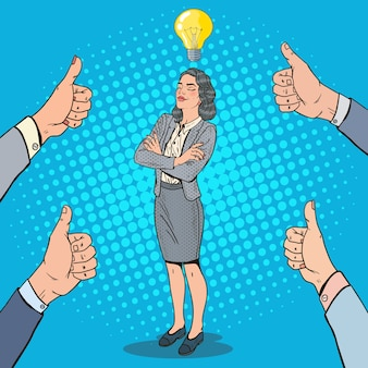 Pop art erfolgreiche geschäftsfrau mit idee glühbirne und hände, die daumen oben zeigen.