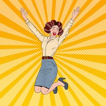Pop art erfolgreiche springende geschäftsfrau, die feiert.