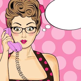 Pop-art-frau, die am retro telefon plaudert