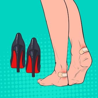 Pop art frau füße mit patch am knöchel nach dem tragen von high heels schuhe
