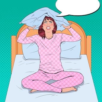 Pop art frustrierte frau, die ohren mit kissen schließt. stressige morgensituation. mädchen, das unter schlaflosigkeit leidet.
