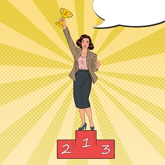 Pop-art-geschäftsfrau, die auf dem podium ersten platz mit goldener tasse steht.