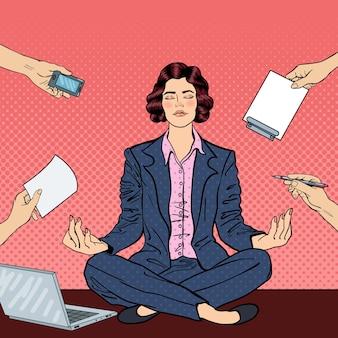 Pop-art-geschäftsfrau, die auf dem tisch mit laptop bei büro-multitasking-arbeit maditiert. illustration
