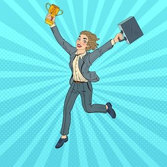 Pop-art-geschäftsfrau, die mit goldenem sieger-pokal läuft.