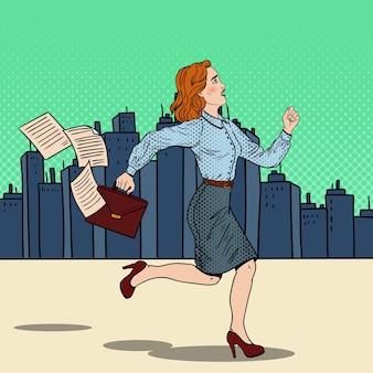 Pop-art-geschäftsfrau mit aktentasche, die zur arbeit läuft.