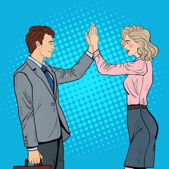 Pop-art-geschäftsmann, der geschäftsfrau high five gibt.