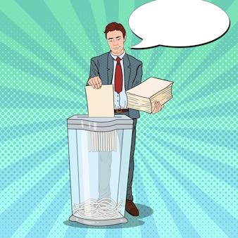 Pop-art-geschäftsmann, der papierdokumente im aktenvernichter zerstört
