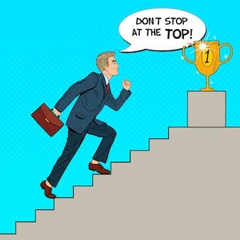 Pop-art-geschäftsmann, der treppen zum goldenen pokal hinaufgeht.