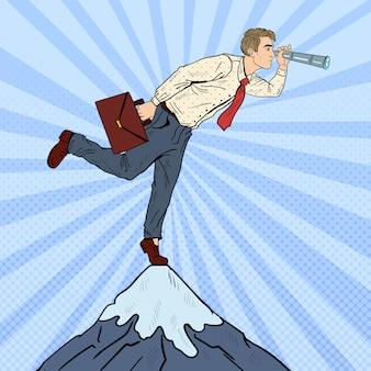 Pop-art-geschäftsmann mit teleskop auf der spitze des berges. geschäftsvision.
