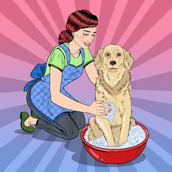 Pop art glückliche frau, die ihren hund wäscht