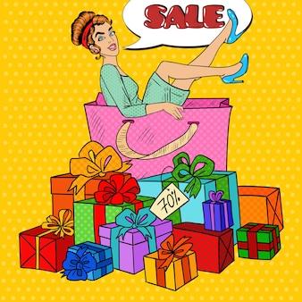 Pop art glückliche frau in der großen einkaufstasche mit riesigen geschenkboxen. illustration