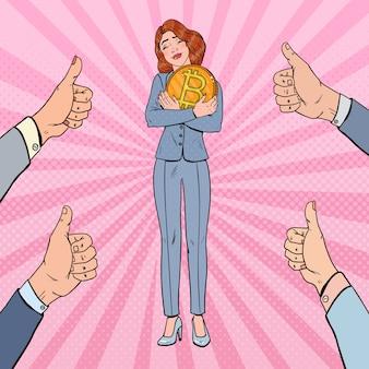 Pop art glückliche geschäftsfrau, die große bitcoin-münze hält
