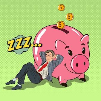 Pop art glücklicher geschäftsmann, der in der nähe von piggy mit gefallenem geld schläft. illustration