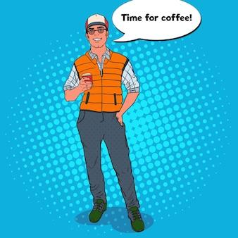 Pop art happy cool man mit tasse kaffee