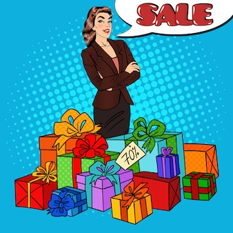 Pop art happy woman mit riesigen geschenkboxen und comic speech bubble sale.