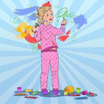 Pop-art-kleines mädchen, das an der wand malt. kinderzeichnung mit buntstiften auf tapete. glückliche kindheit.