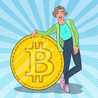 Pop art lächelnde frau mit großem bitcoin