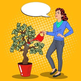 Pop art lächelnde reiche frau, die geld-baum mit comic-sprechblase wässert. illustration