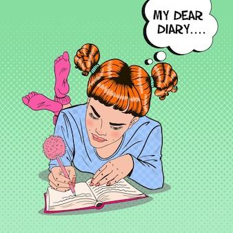 Pop-art-mädchen in den rosa socken, die im tagebuch schreiben