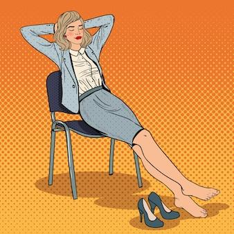 Pop art müde geschäftsfrau, die sich auf stuhl entspannt.