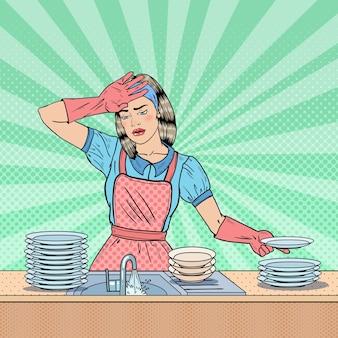 Pop art müde hausfrau, die geschirr in der küche wäscht