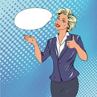 Pop-art-retrostilfrau, die daumen herauf handzeichen mit spracheblase zeigt. komische hand gezeichnete designillustration.