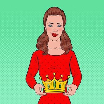 Pop art schöne frau, die eine krone hält