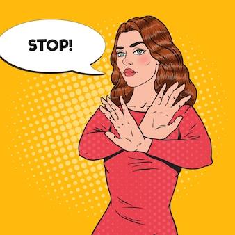 Pop art selbstbewusste frau, die stopp-handzeichen zeigt.