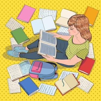 Pop art studentin liest bücher, die auf dem boden sitzen. teenager, der sich auf prüfungen vorbereitet. bildungs-, studien- und literaturkonzept.