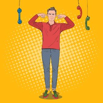 Pop art überarbeitet frustrierter mann geschlossene ohren mit fingern von nervigen telefonen. multitasking-büroarbeit. unwissenheitskonzept.