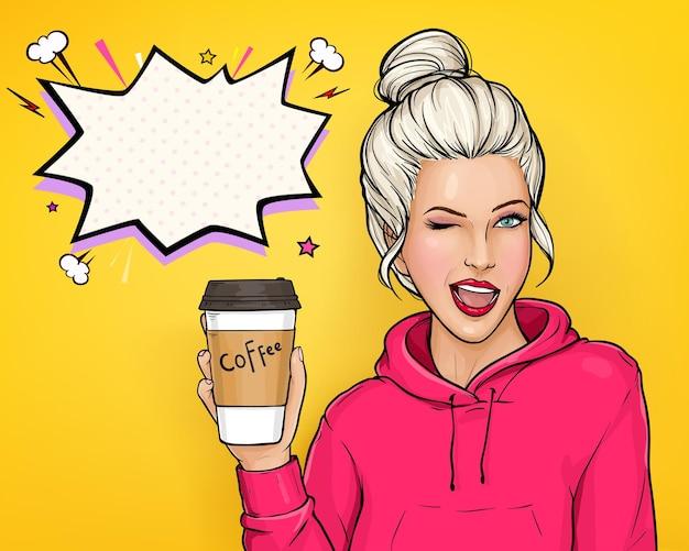 Pop-art-vektor-werbebanner mit der zwinkernden jungen blonden haarfrau im rosa kapuzenpulli, der papierkaffeetasse hält