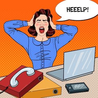 Pop art wütend frustrierte frau, die bei der büroarbeit schreit. illustration