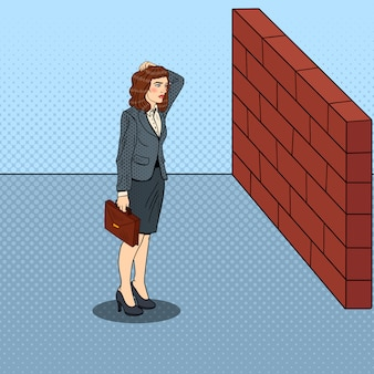 Pop art zweifelhafte geschäftsfrau, die vor einer backsteinmauer steht.