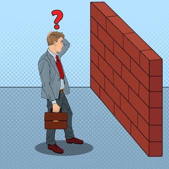 Pop art zweifelhafter geschäftsmann, der vor einer backsteinmauer steht.