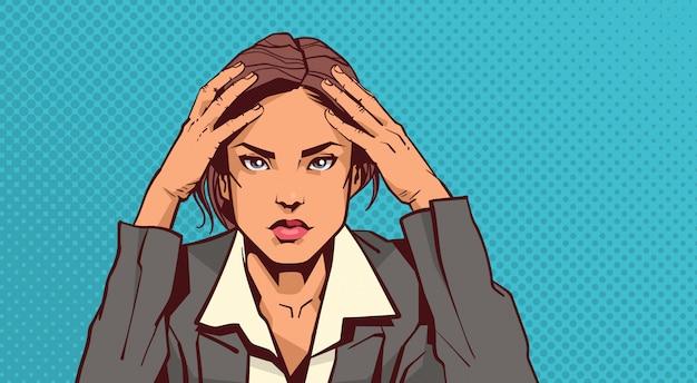 Porträt der betonten geschäftsfrau, die kopf mit den kopfschmerzen ermüdet über pin up hält