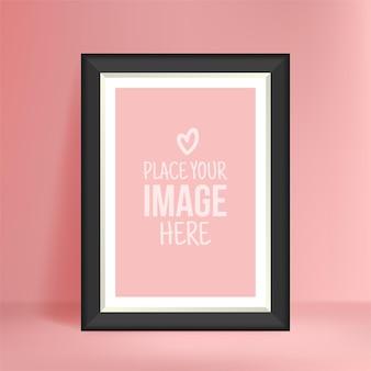 Porträtfotomodell auf rosa wand, leerer plakatrahmen für ihre designdrucke