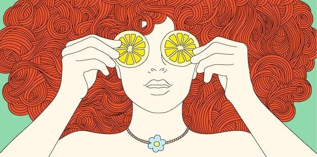 Porträtmädchen mit dem gelockten roten haar, bedeckte ihre augen mit zitrone.