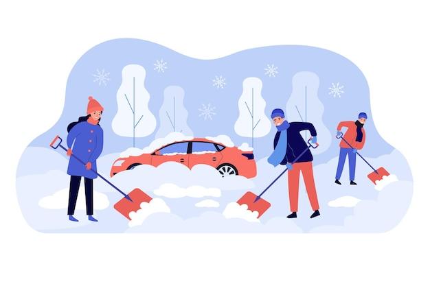 Positive leute, die hinterhofbereich nach schneesturm säubern