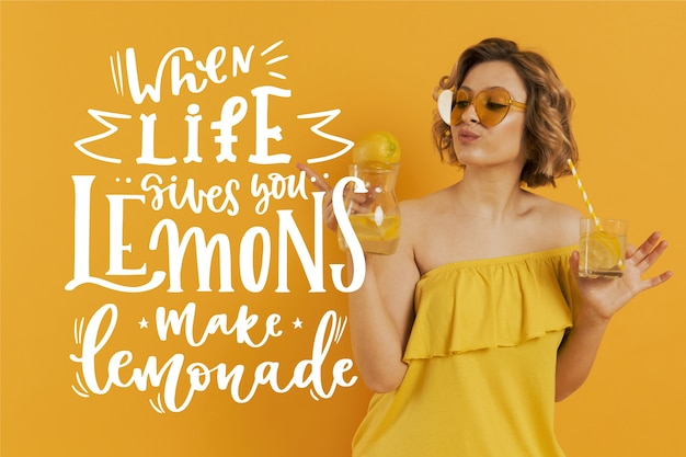 Positiver schriftzug mit zitronen und limonade