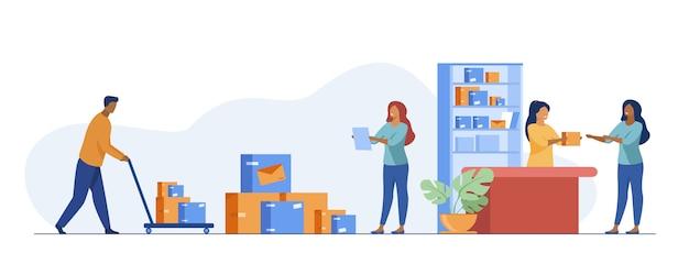 Postbote, der dem kunden im postamt paket gibt