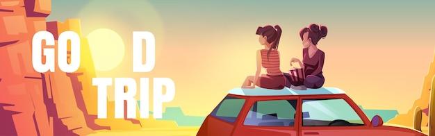 Poster mit mädchen, die auf dem autodach in der wüste sitzen