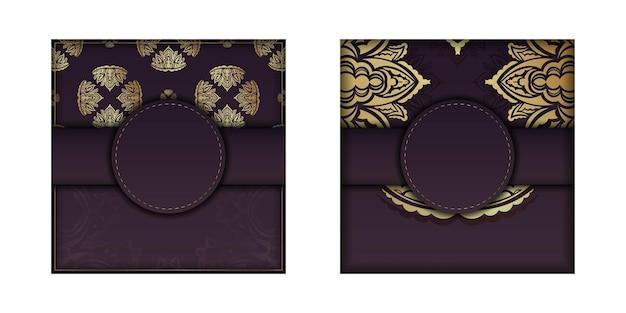 Postkarte in bordeauxroter farbe mit einem mandala in goldmuster, vorbereitet für den druck.