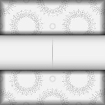 Postkartendesign weiße farben mit mandala-ornament. vektor-einladungskarte mit platz für ihren text und vintage-muster.
