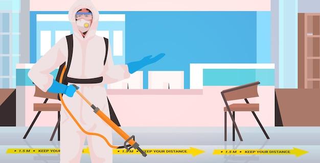 Professionelle reinigung in hazmat anzug hausmeister reinigung und desinfektion coronavirus