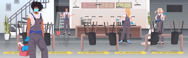 Professionelle reinigungskräfte mischen den boden des hausmeisters und reinigen und desinfizieren den boden, um coronaviren vorzubeugen