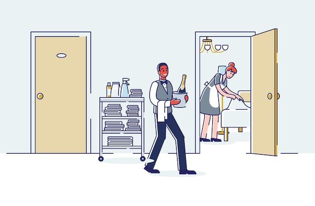 Professionelle zimmerservice-mitarbeiter des luxushotels arbeiten