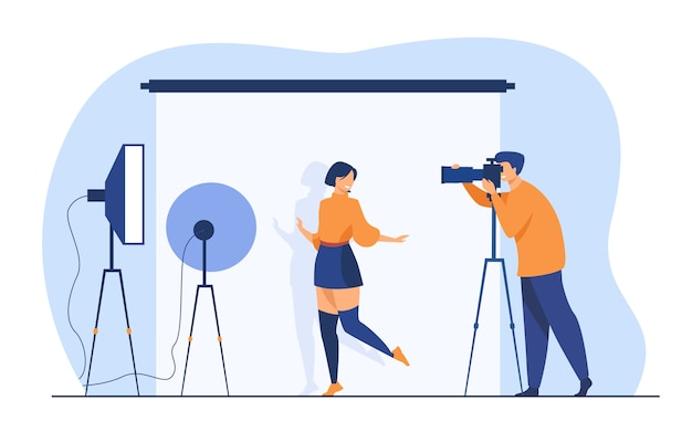 Professioneller fotograf, der junge frau fotografiert. weibliches modell, das für kamera gegen weißen hintergrund unter studiolicht aufwirft. vektorillustration für fotoshooting, fotografiekonzept